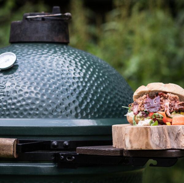 Big Green Egg grill on suurepärane vahend rebitud lihaga burgeri valmistamiseks